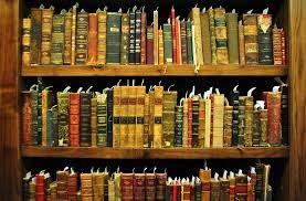 کافی شاپ با دکوراسیون کتابخانه ای