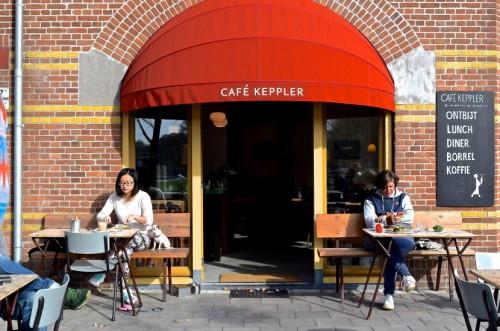 برخورداری از هویت، نام و یا رسالت منحصر به فرد علاوه بر کارکرد اقتصادی کافه ها ، معمولا از این مکان به عنوان یک پایگاه فرهنگی و اجتماعی نیز یاد می شود.